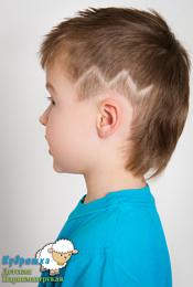 Модельная стрижка для мальчика с элементами креатива